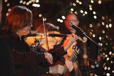Współpraca z muzykami podczas nagrywania klipu świątecznego